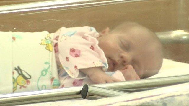 Элвину Бросила ребенка в роддоме голубоватого света