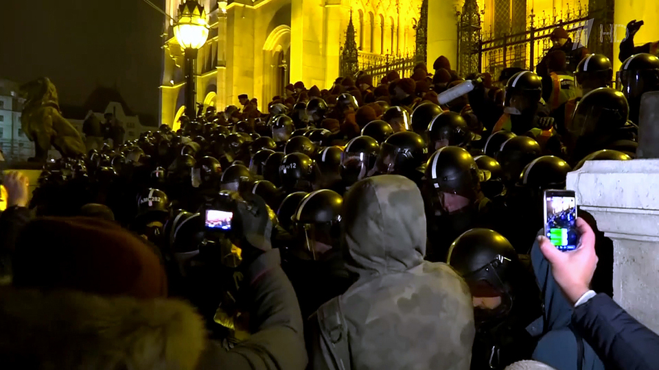 ВБудапеште протестующие пыталась прорваться вздание парламента Венгрии. Новости. Первый канал