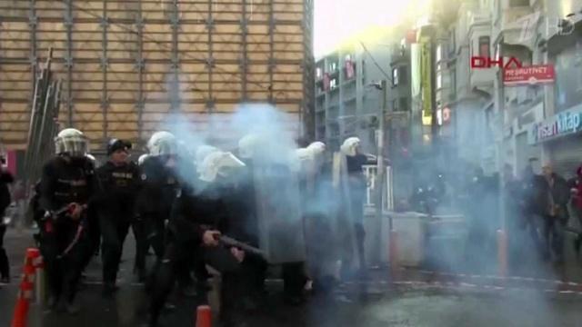 Стамбульские полицейские разогнали протестующих наплощади Таксим водометами ислезоточивым газом. Новости. Первый канал
