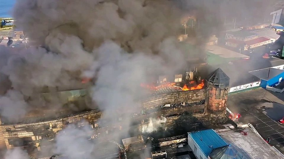 ВоВладивостоке рано утром загорелся один изкрупнейших торгово-развлекательных центров. Новости. Первый канал