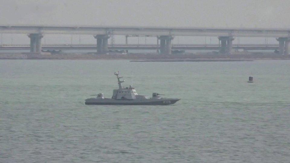 Россия возвращает Украине три задержанных год назад корабля. Новости. Первый канал