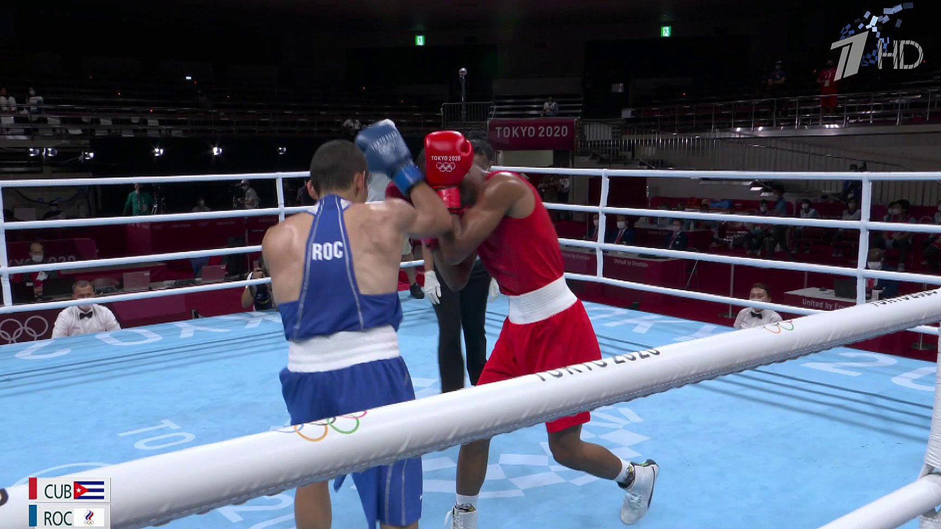 Спортивные болельщики впредвкушении главного боксерского поединка вполулегком весе наОлимпиаде вТокио