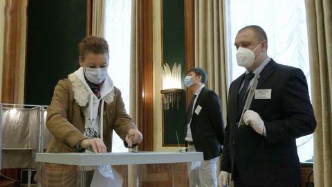 Российские граждане приходят наизбирательные участки вразных странах