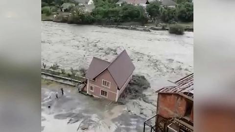 ВДагестане мощные ливни вызвали наводнение— бурными потоками уносило целые здания