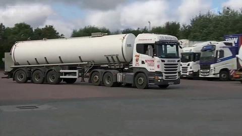 Власти Британии мобилизуют военных впопытках справиться спаникой из-за нехватки бензина