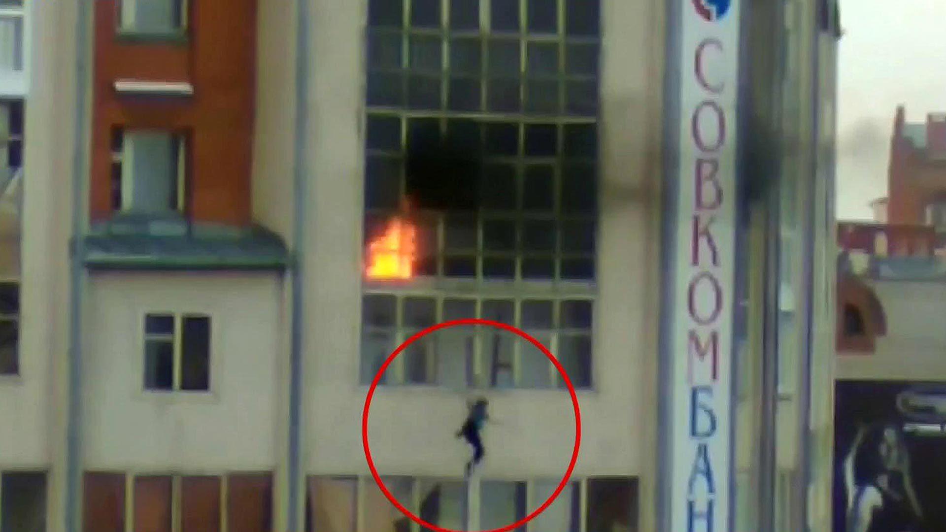 Жители томска спасли ребенка, спрыгнувшего с балкона во врем.