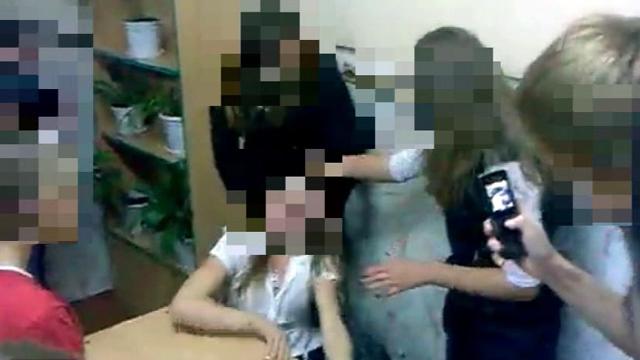 Пацаны лапают однокласниц и снимают на телефон фото 727-510