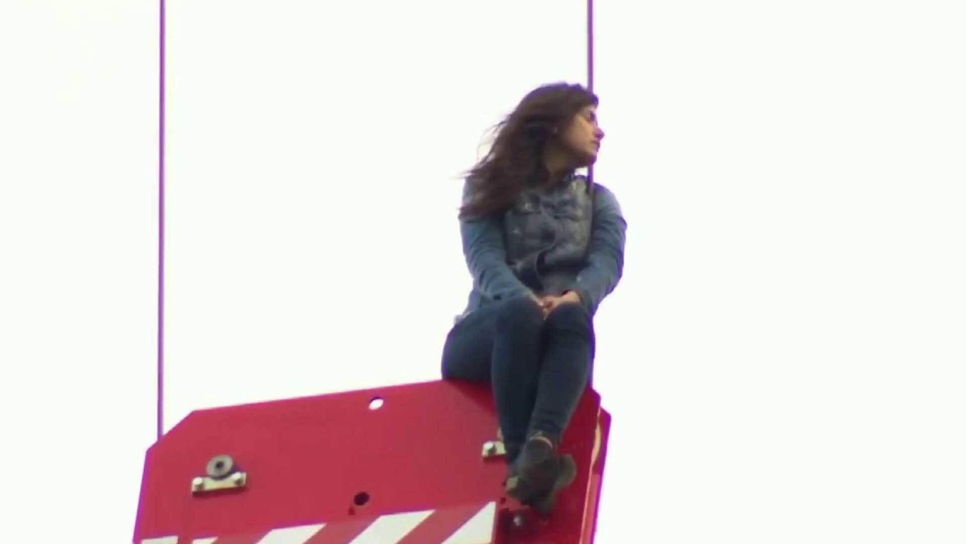 Залез в кофту девушке видео фото 133-444